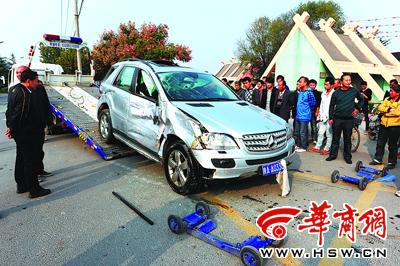 被撞飞的奔驰车气囊打开,司机受轻伤 本报记者 叶原 摄