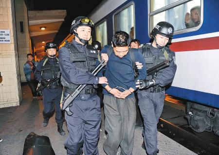 30日凌晨,警方将犯罪嫌疑人押回西安