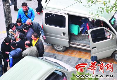 几个人争拉路过的学生,让她上自己的车 本报记者 邓小卫 摄