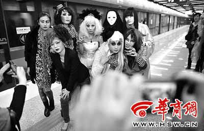"""地铁站来了群""""怪异人""""(图)"""