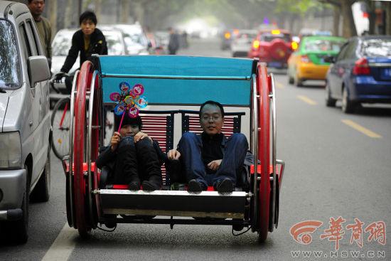 昨日下午,西安光华路上,一辆造型奇特的电动车赚足了路人的眼球。一男一女坐在车中,随着车子的前行坐椅微微摇摆,车子拐弯、掉头都显得很轻松!