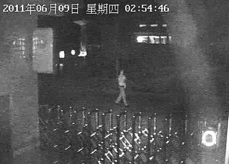 官方公布的视频截图显示,6月9日游济安自己走出镇政府大院。但游的家人并不认同截图中男子身份。