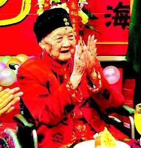2009年9月13日,翟秀英在119岁寿辰上 本报资料图记者邓小卫摄