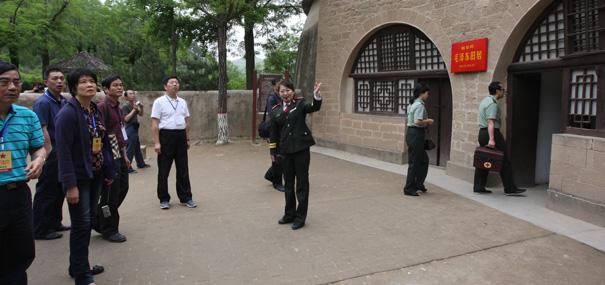 采访团参观杨家岭毛泽东旧居