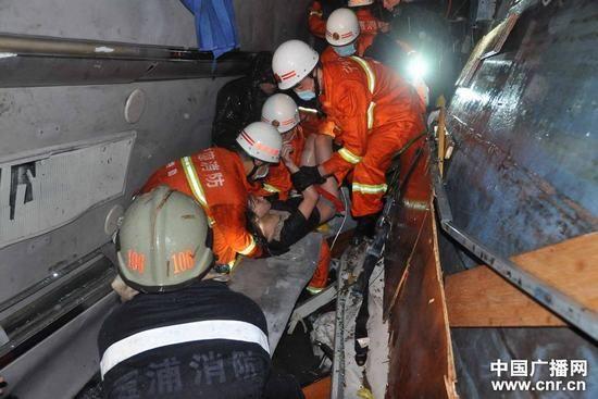 无锡开往厦门的大巴闽DY5719翻坠入50余米的深谷(摄影 唐海波)