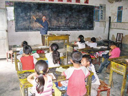 杨胜景在给孩子们讲课。