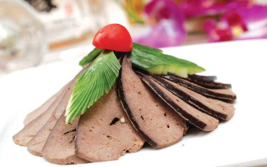 4、动物肝脏   血气不足的人往往造血功能不强,这是由于血液中的红细胞和白细胞过少的缘故,而血红蛋白的原料便是铁元素。增加对铁元素的摄取,即可增强骨髓的造血功能。动物肝脏中含有丰富的铁,对补血有着重大的意义。   各类动物肝脏,如猪肝、牛肝、鸡肝、鹅肝等还含有丰富的维生素A,在促进造血功能的同时,还对视力有极大的好处。维生素A又能促进人体对铁的吸收利用,所以,动物肝脏的补血效果非常明显。   推荐食谱:菠菜猪肝汤   材料:猪肝100g,菠菜150g,生姜适量,调味料适量   做法:   1、猪肝切片