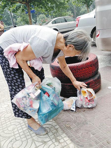 80岁老太弯腰捡垃圾。