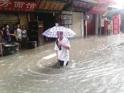 西安城南东三爻村,水位最高时没过了膝盖读者张先生摄