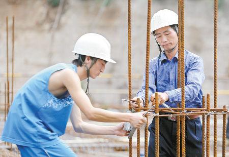 朱恒和爸爸在工地干得很卖力。记者 张宇明 摄