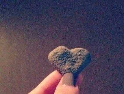 日前李晨在新浪微博上公开了与张馨予的恋情,张馨予也甜蜜晒起李晨送她的浪漫礼物,据张馨予描述是一颗从路边捡来的心形石头。   不过前晚疑似李晨前任女友的新疆女孩迪丽娜尔,晒出同样的心形石头,并称你是批发了一堆么?而就在去年李晨被评为演艺界十大孝子,他小时候送给生病的妈妈的礼物,也是磨成的心形的砖块。圈内很多好友也称收到过李晨所赠的石头心。瞬间,心形石头在网上火了。   相关英文词汇   石头心 stone heart   批发 wholesale   砖块 fragment of a brick