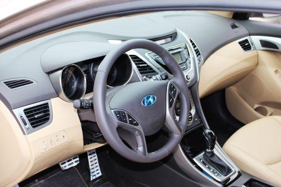 朗动的长/宽/高分别达到了4570/1775/1445mm,轴距达到了2700mm,在车身尺寸上让人眼前一亮。宽大的轴距为后排赢得了宽裕的空间 ,此外,腿部空间、头部空间也很出色,虽未加长,但使用空间已充分考虑到了国人的口味。   在配置上,朗动配备了诸如驾驶席通风座椅、ESS紧急制动提醒、风挡自动除雾、后排空调出风口等,亮点配置。在顶配车型上,大屏 幕DVD导航及倒车影像、电动座椅、三级可调前排座椅加热、彩色 LCD超级仪表盘与智能钥匙加一键启动等豪华配置,也有装备。