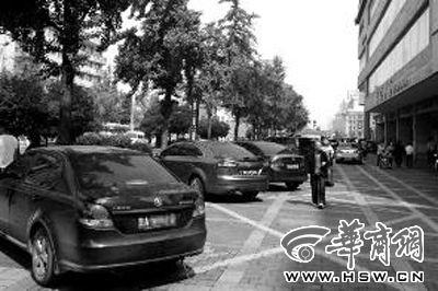 人行道上明显标注有禁停线,仍有不少车停在路边
