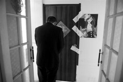 遇害女孩的父亲曾前往事发现场,对着女儿住所默哀。资料图片/新京报记者 尹亚飞 摄