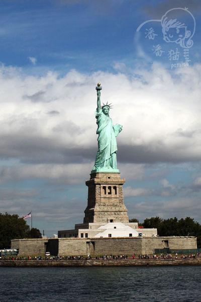 自由女神像位于美国纽约附近的自由岛