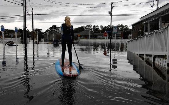 当地时间10月30日,美国特拉华州伯大尼海滩,整条街道被淹没。