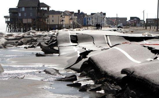 当地时间10月30日,北卡罗来纳州,一条通向Mirlo海滩的道路被摧毁。