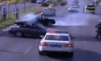 两部跑车在警车前疯狂漂移甩尾挑衅警方