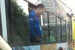 男子乘车内急 竟探出公交车窗撒尿