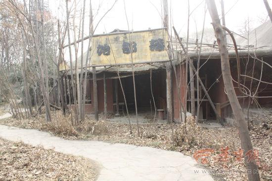 半坡遗址后面被遗弃的仿制原始部落群