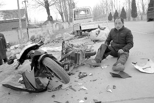 电动车爆炸,一地碎片,车主裤子被炸烂,腿被炸伤。