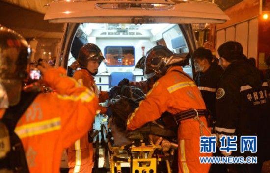 1月6日,救援人员正将一名伤者送上救护车。 新华社发