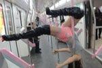 女子武汉地铁内大跳钢管舞引围观
