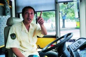 范伟泉在b25路公交车上也帮助女乘客抓到了
