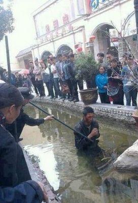 3月22日,云南昭通,西街中国工商银行门前三名城管将正在乞讨的盲人的残疾证、身份证、导盲棍没收,随后进行殴打,后又将盲人推到水池中。
