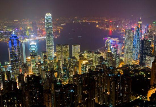 太平山顶独特之处在于观察风景的另一面。置身于香港这样车水马龙的环境,或多或少会让人产生一丝倦意。但如果来到太平山顶,当华灯初上,高温消退,凉风袭来,城市精彩纷的另一面浮现眼前。是一种惬意、是一种享受。   门票:缆车22元/单程,33元/双程;   位置:位于香港岛西北部;   交通:前往山顶的最佳方法是乘坐山顶缆车。也可选择港铁香港站公共运输交汇处乘1线绿色小巴。 [上一页] [1] [2] [3] [4]