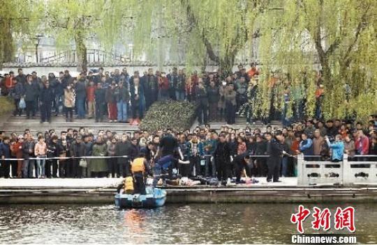 警方从河中打捞尸体现场。 孙建伟 摄