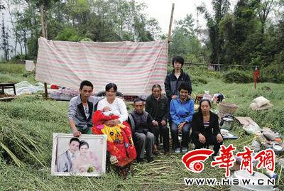 昨日,芦山县龙门乡红星村高家坝组,高进强(左一)在家附近搭建了帐篷 本报特派雅安记者 陈团结 摄
