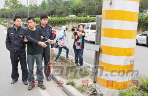 昨日,交警带嫌疑人王某指认肇事现场 见习记者 窦翊明 摄
