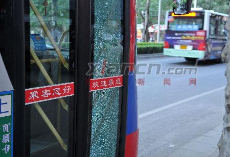 公交车的前门右侧玻璃被砸碎。  (记者 李明 摄)
