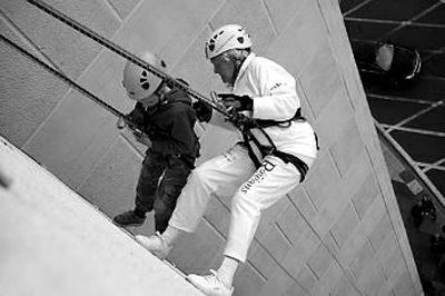 多丽丝·隆系着吊绳下滑。