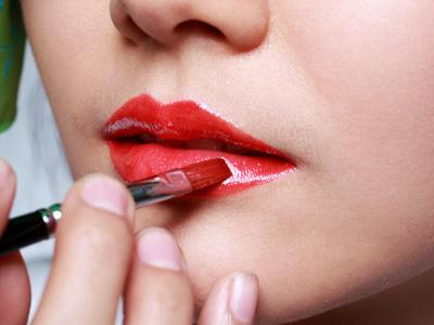 夏季女人经常化浓妆当心中暑发生