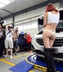 车模着丁字裤扮修车工