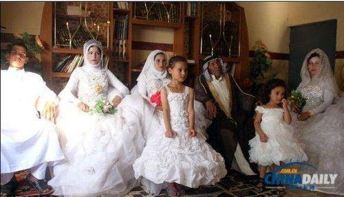 其两名仅十多岁的孙子,也于同日各自举行了婚礼,图中左一为其中一个孙子。