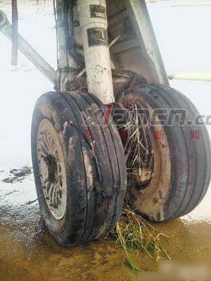 滑出跑道的飞机轮子