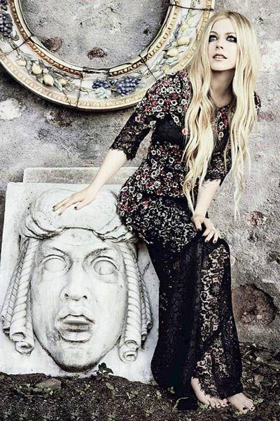 艾薇儿写真大片   片中艾薇儿以一身黑色花朵镂空长裙出现,高清图片