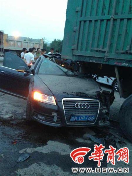 府谷一奥迪车追尾货车 司机送入医院后死亡