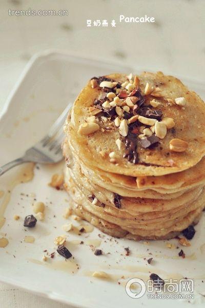 豆奶燕麦pancake配花生碎枫糖浆