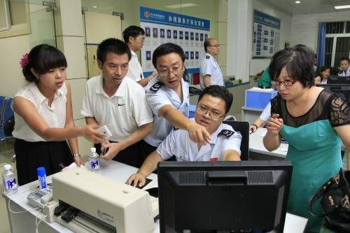 国税工作人员的协助下企业公司办理税务图片