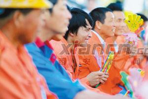 农民工在工地上观看文艺节目 新华社发