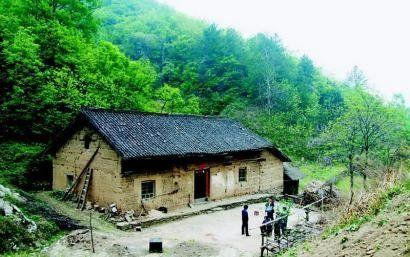 被害老人陈义学的家,就属于大山之中的单门独户。