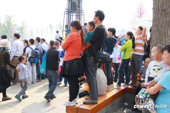 中午大雁塔北广场音乐喷泉表演开始