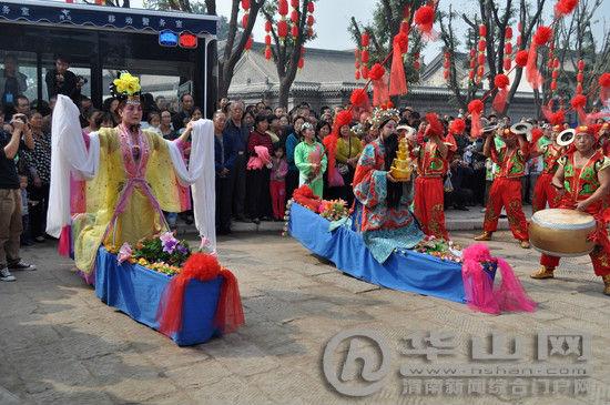 古城文化景区跑旱船等民俗表演使参观的游客惊叹