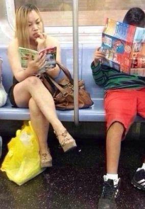 凤姐美国爆肥生活照 坐地铁最爱看《故事会》