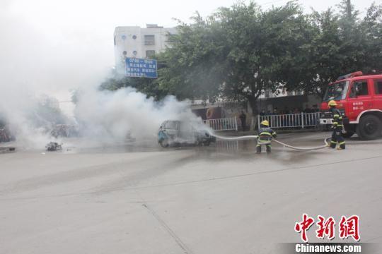 10月29日中午13时,广西柳州市融安县一辆助力车和一辆三轮车发生相撞后起火,消防官兵接到报警后,迅速赶赴车祸现场进行救援。 唐靖濠 摄