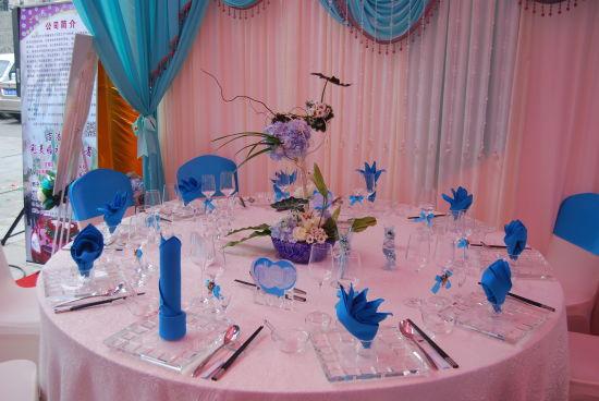 除此之外,各参展企业还推出了免费提供灯光、音响、舞台、酒水服务等不少免费服务和优惠措施,并可提供专业的婚礼婚庆服务,依托得天独厚的自然条件和硬件设施,精心策划各类中式、西式婚礼,为即将步入婚礼殿堂的爱侣们打造甜蜜浪漫的回忆。   通过此次西安饮食老字号2014年精品婚宴博览会的举办,在方便新人预定婚宴、了解婚宴市场的同时,拉近了老字号餐饮企业与老百姓之间的距离,集中展现了老字号婚宴特色、优质、经济、实惠的品牌特色,对进一步打造和提升西安饮食老字号婚宴品牌形象起到了积极的促进作用。 [上一页] [